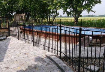 clôture ornementale en métal autour de la piscine